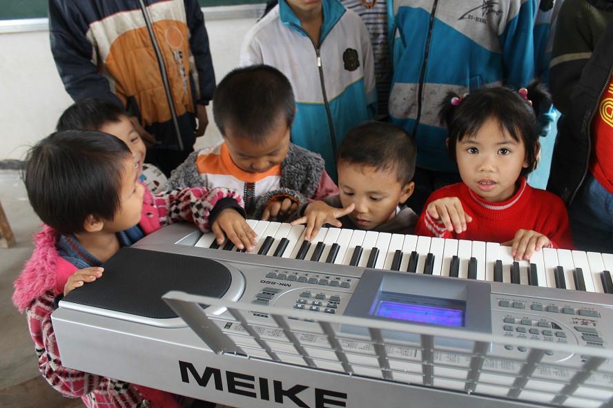 第一次见到电子琴的乡村娃儿.jpg