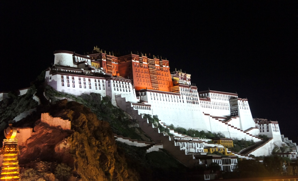 巴达拉宫夜景.jpg